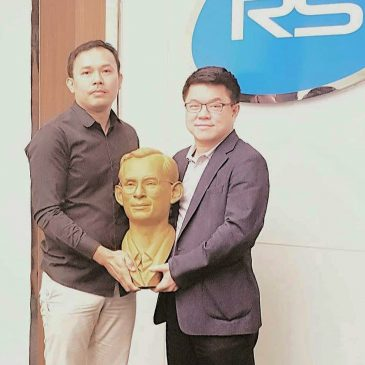 ที่ปรึกษา Thai Monument Studio เข้ามอบประติมากรรมสำริด รูปเหมือนในหลวงรัชกาลที่ 9 ให้กับบริษัท อาร์เอส จำกัด